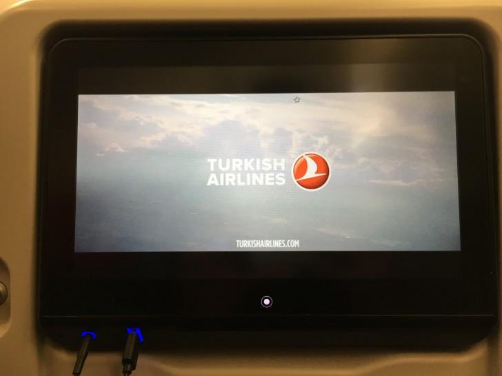 トルコ航空でトルコのイスタンブールへ。wifi付き。飛行時間は12時間。