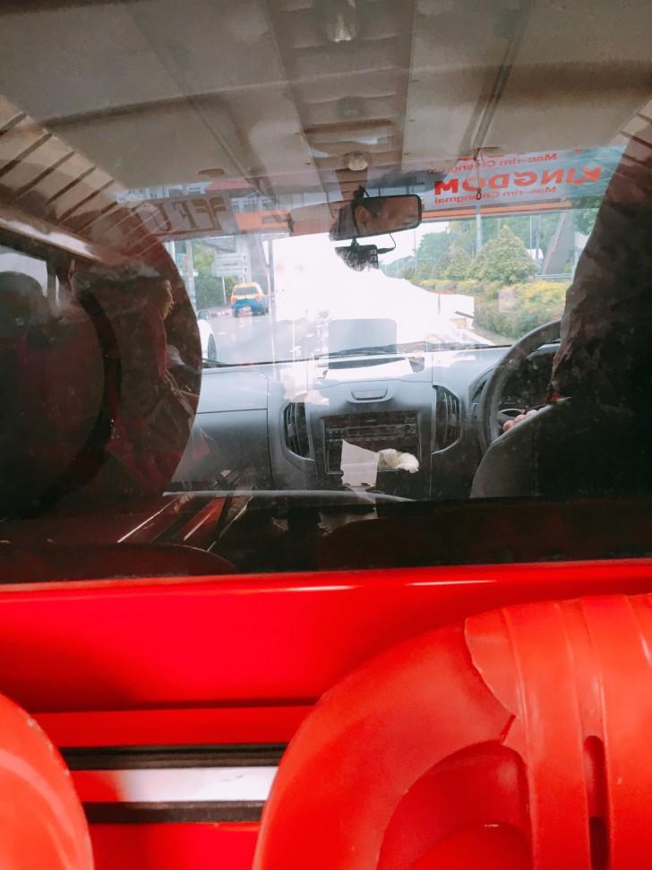 チェンマイ空港から市内への安い移動方法は。タクシーやトゥクトゥクよりソンテウで。