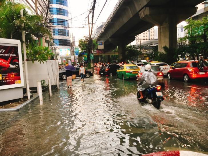 【ゲリラ豪雨】スコールの後のバンコク:川となった道からの脱出